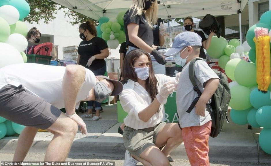 Корткие шортики и белая рубашка: Меган Маркл и принц Гарри появились на публике