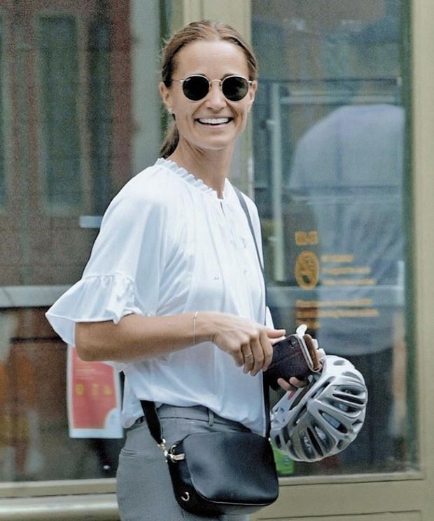 Редкий выход: Пиппа Миддлтон показывает как носить белую блузку