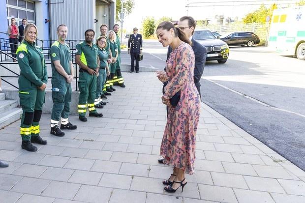 Платье лососевого оттенка, подчеркивающего загар, и очаровательная резинка-бантик: шведская принцесса в Стокгольме
