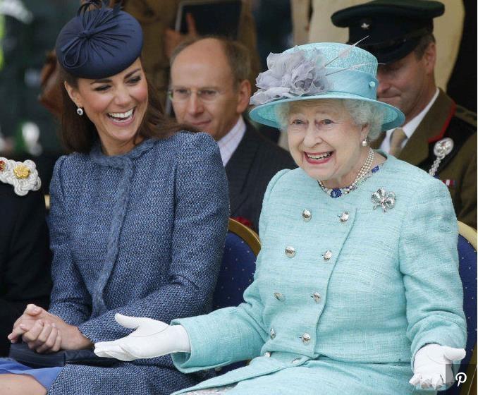 Королева Елизавета II приглашает всех желающих посмотреть кино в ее резиденции