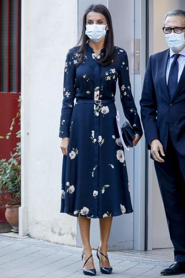 И расцвели сады: королева Летиция в цветочном платье, которое визуально стройнит