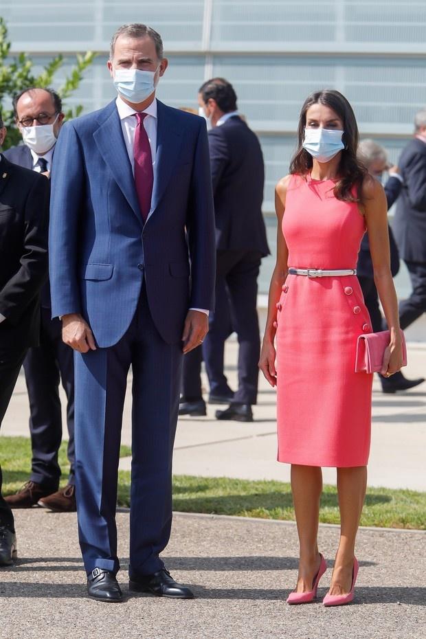 Коралловое платье-футляр + бархатные лодочки цвета пыльной розы: новый выход королевы Летиции