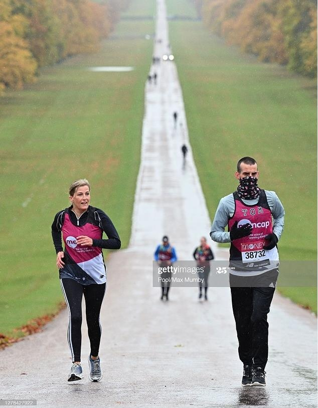 Лондонский марафон: Софи, графиня Уэссекская пробежала 1,5 мили, а Гарри позировал рядом с настоящими бегунами