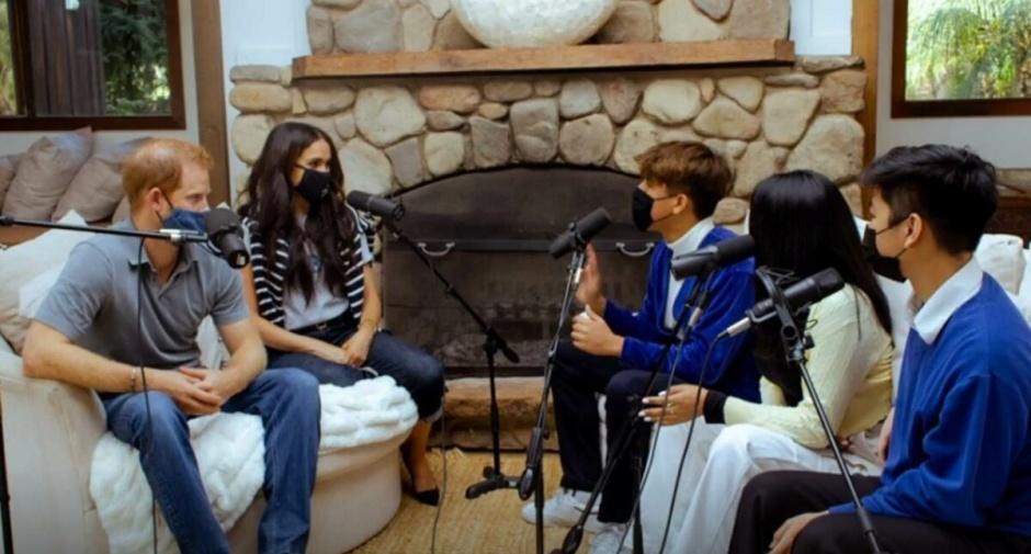В Сети снова обсуждают интерьер гостиной в доме принца Гарри и Меган Маркл