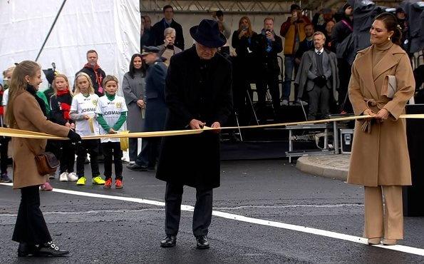 Король Швеции с дочерью и внучкой открыл новый мост в Стокгольме