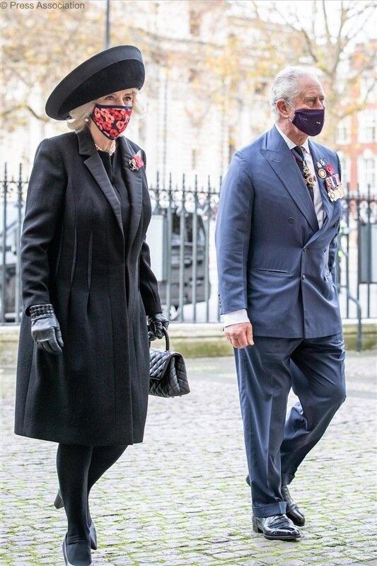 Принц Чарльз и Камилла посетили службу в Вестминстерском аббатстве. На этот раз оба были в масках