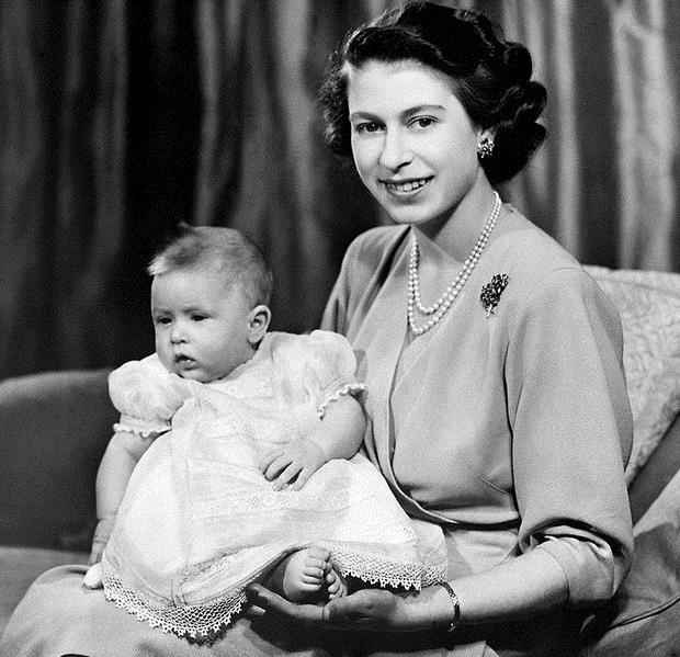 Редкое фото: молодая Королева Елизаветы с новорожденным сыном