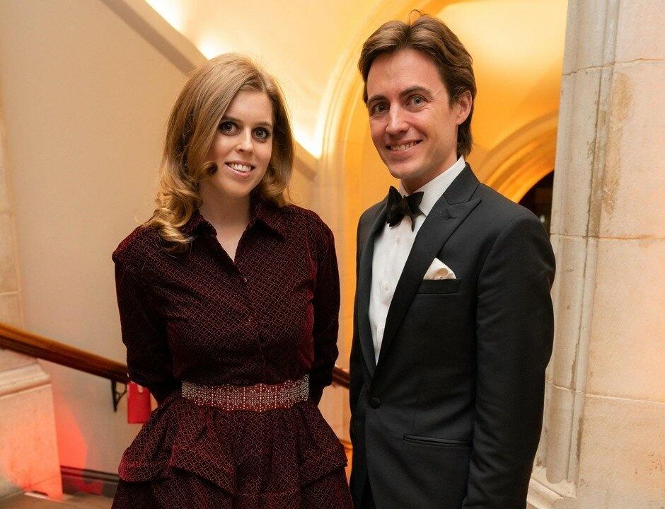 У него есть деньги, есть принцесса-жена, а он сам таскает тяжелые сумки: Эдоардо Моцци и принцесса Беатрис замечены у магазина