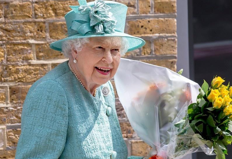 Елизавета II обожает мыть посуду: неожиданные подробности повседневной жизни королевы