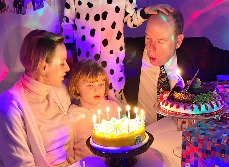 Торт со свечками, встреча с животными и