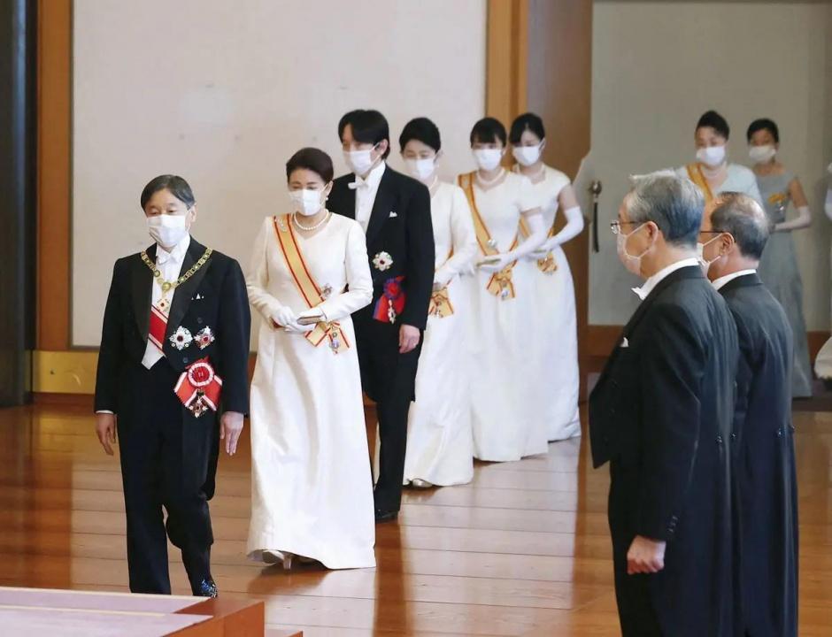 Императорская чета Японии принимала высоких сановников страны во время новогоднего приема