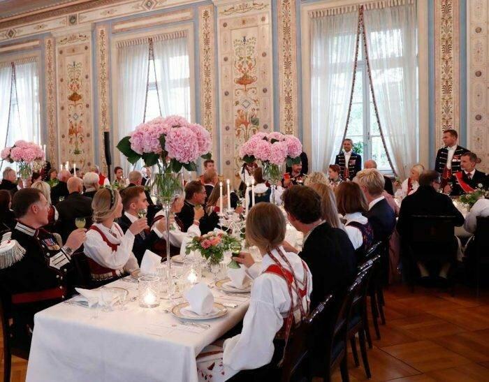 Зачем за одним столом собрались 2 короля, 1 королева, 6 принцесс и 4 принца