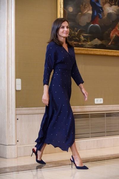 Королева Летиция вышла в свет в платье цвета «звездного неба»