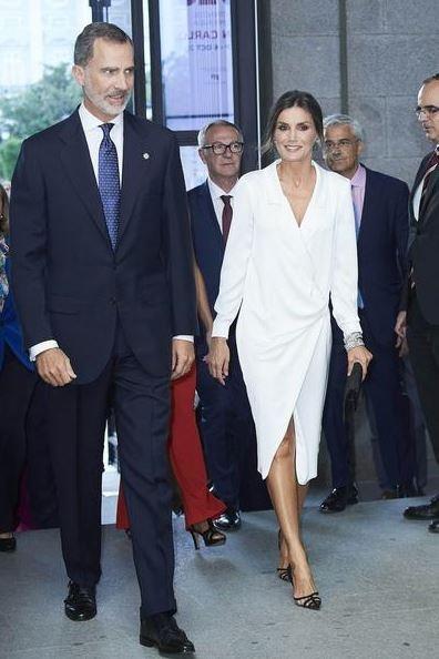 Белоснежное платье-блейзер и увесистые бриллианты: королева Летиция в роскошном образе посетила оперный театр