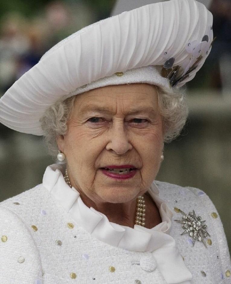 Эпатаж королевских кровей: самые необычные наряды королевы Елизаветы II