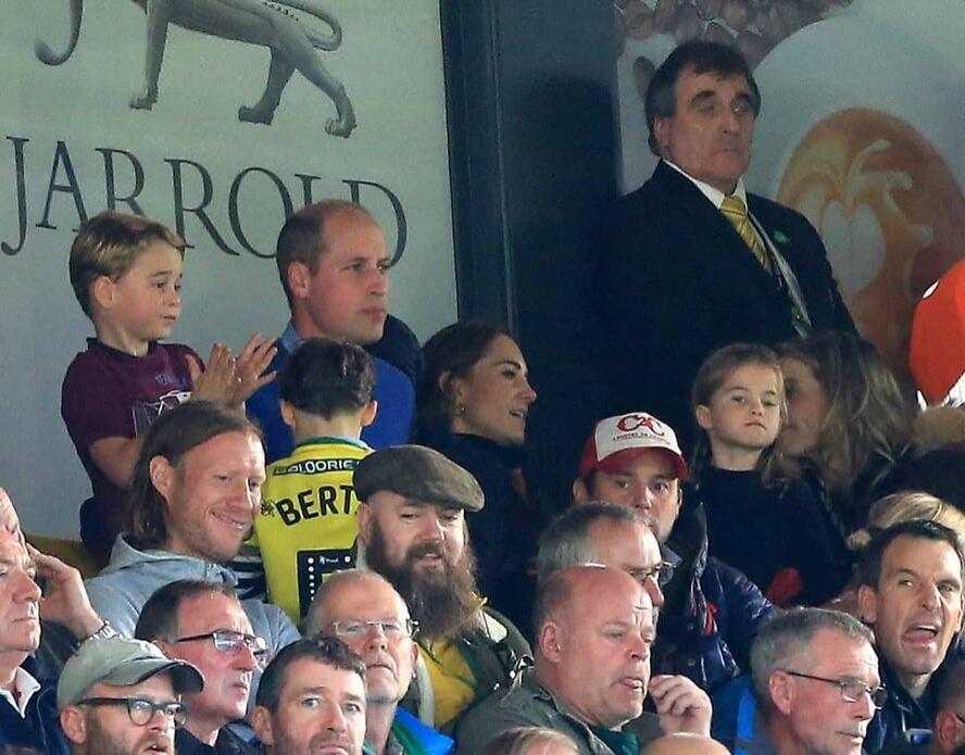 Кейт Миддлтон с мужем и детьми эмоционально болели на стадионе во время матча