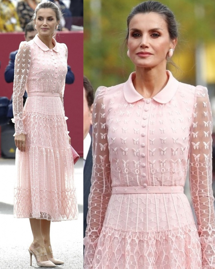 Королева Летиция в потрясающем платье из пудро-розового тюля на параде в День Испании