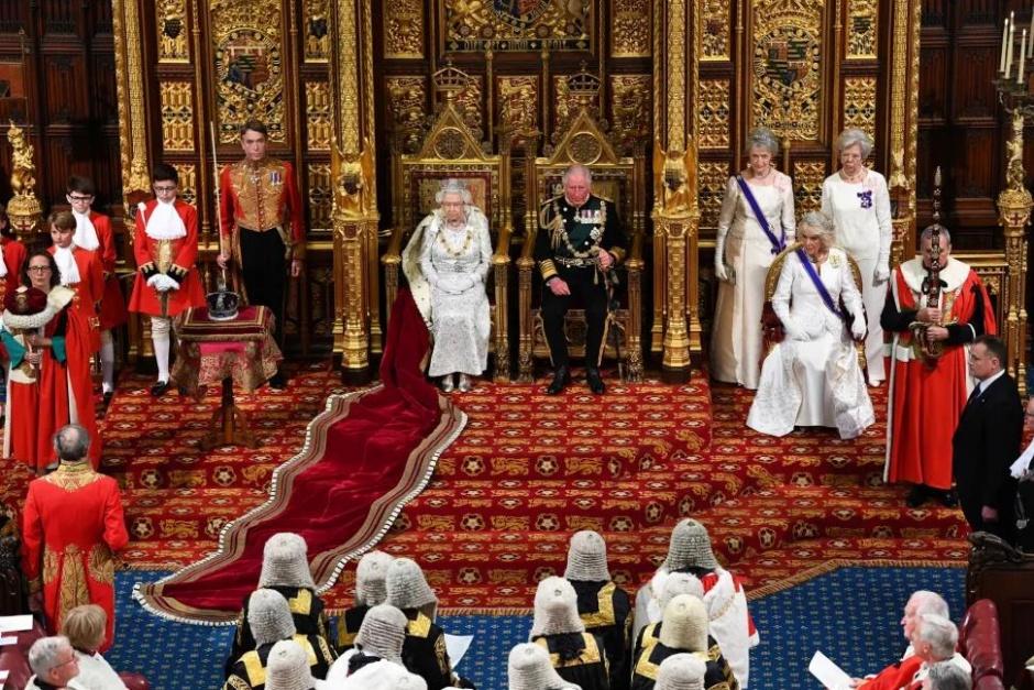 Елизавета II выступила с речью в парламенте. Она не надела корону Британской империи — в третий раз за 66 лет правления
