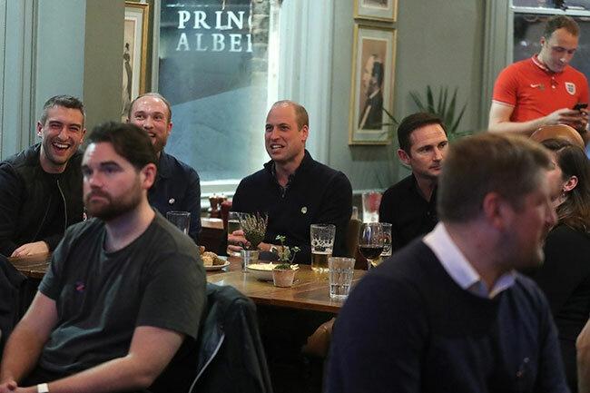 Принц Уильям удивил футбольных фанатов в пабе