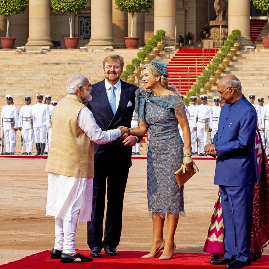 В стиле Bollywood: королева Максима в платье клубничного цвета на банкете в Индии