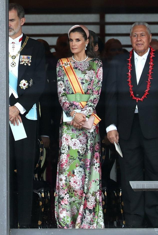 Весна посреди октября: королева Летиция в нежном цветочном платье и самых модных аксессуарах в Токио