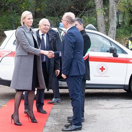 Вышла из тени: княгиня Монако Шарлен посетила открытие школы в Италии