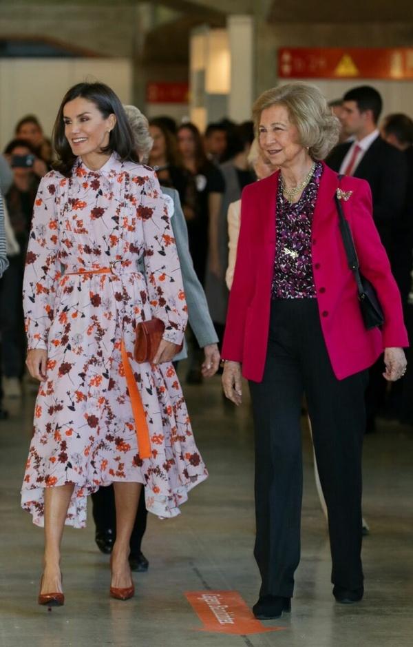 Что по шоппингу? Королева Летиция и Донья София замечены за покупками в Мадриде