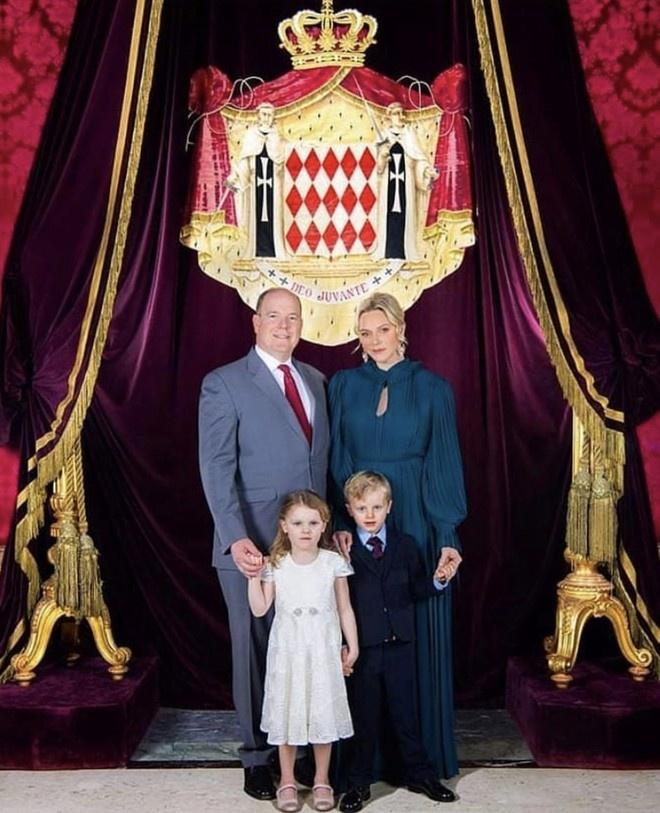 Тайный смысл новой семейной фотографии принцессы Монако Шарлен