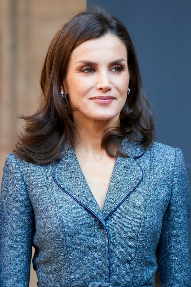Благородный серый: королева Летиция в костюме Felipe Varela