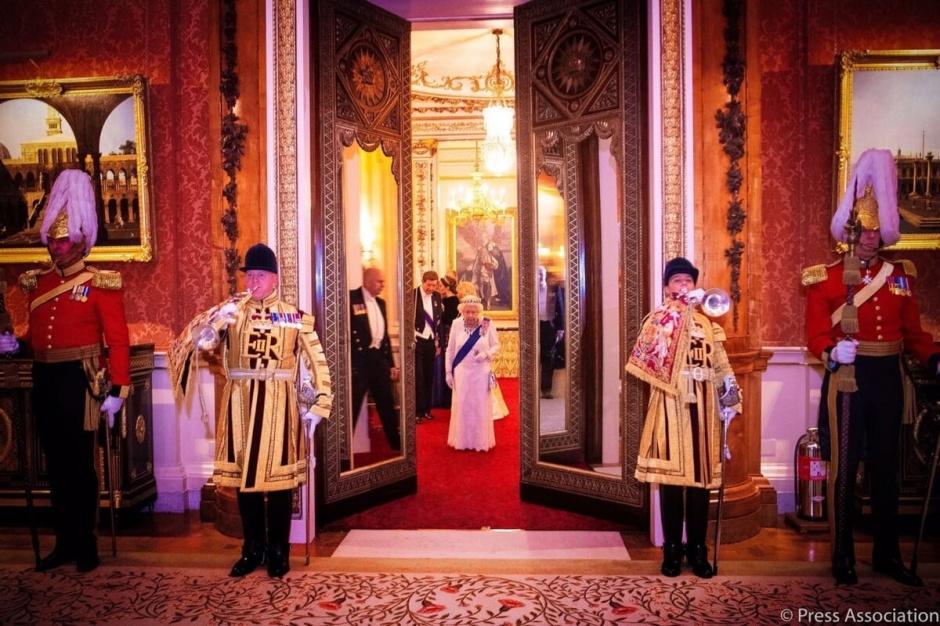 Кейт Миддлтон и другие члены королевской семьи на дипломатическом приеме во дворце