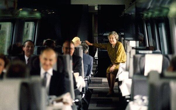 Пассажиры поезда не знают, что едут рядом с королевой
