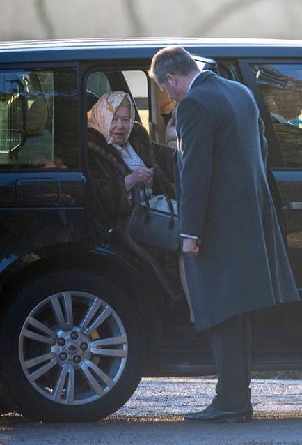 Королевская семья на Рождественской службе. Принц Джордж и принцесса Шарлотта вместе со всеми. Первые фото.
