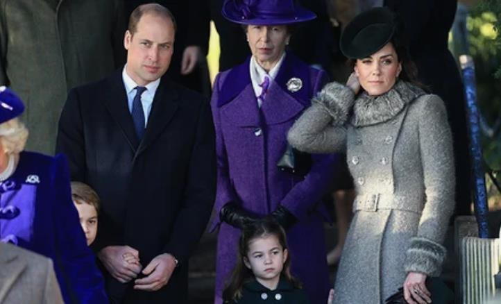 Елизавета II, Кейт Миддлтон и принц Уильям с детьми, принц Эндрю и другие на рождественской службе в Сандрингеме