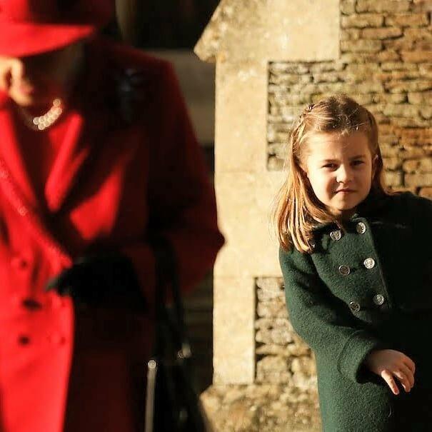 Принцесса Шарлотта отказалась отдавать помощнику букет цветов, полученный от юного поклонника