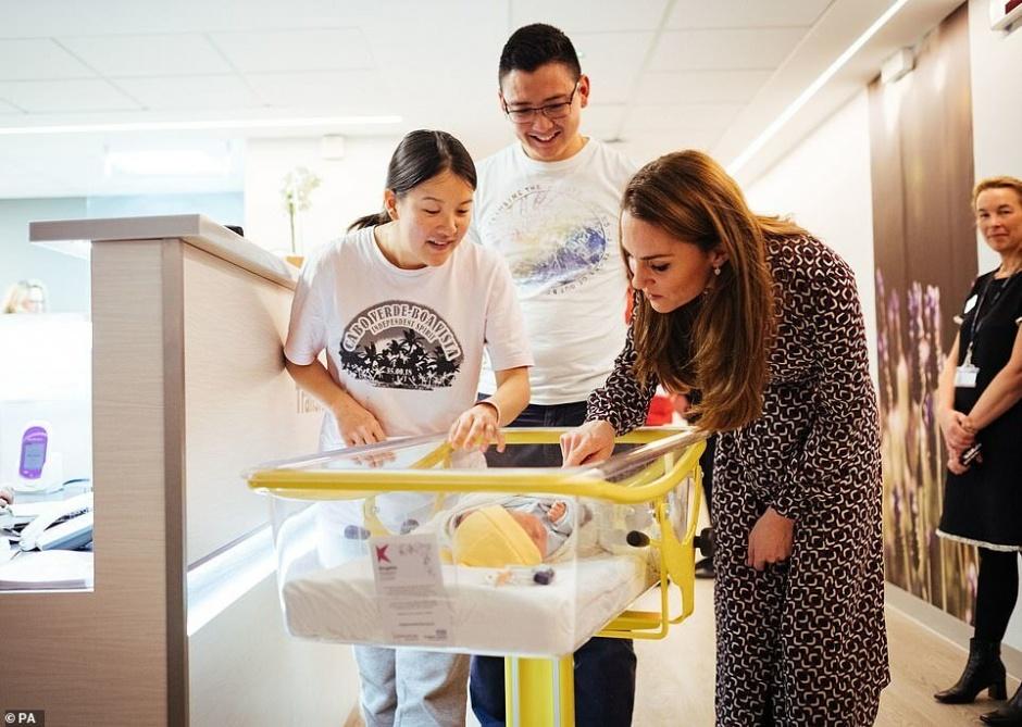 Кейт Миддлтон в родильном отделении: дворец показал фото
