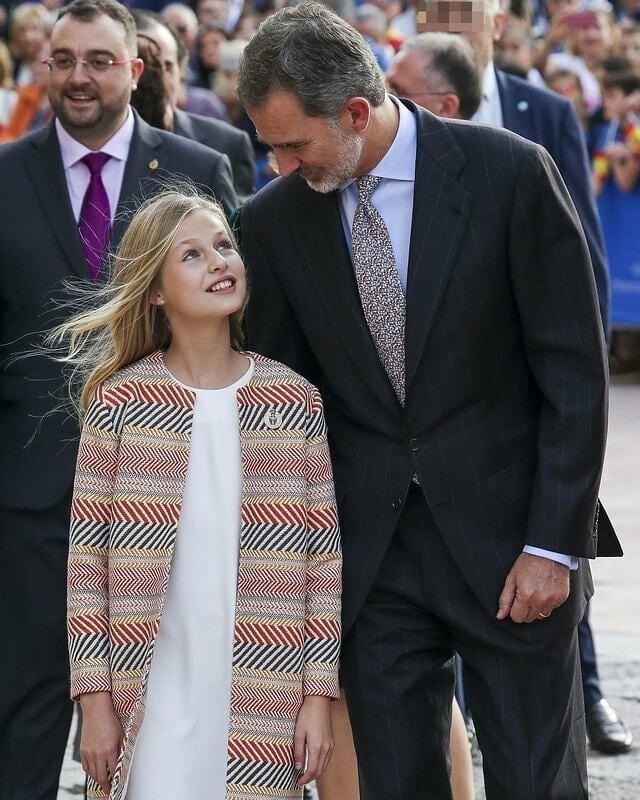 Семейная идиллия: король Испании и принцесса Леонор на прогулке в центре Мадрида