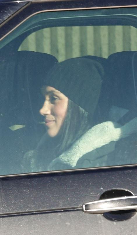 Герцогиня за рулем: Меган Маркл приехала встречать подругу в аэропорт Виктории