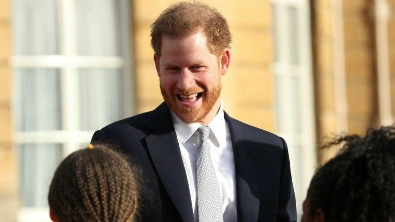 Лишены титулов или нет? Принц Гарри посетил лондонский паб накануне нового заявления королевы