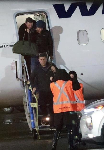 Гарри прилетел в Канаду. Добро пожаловать в новую жизнь! Ранее Меган прогуливалась по парку с Арчи, готовясь к встрече с мужем.