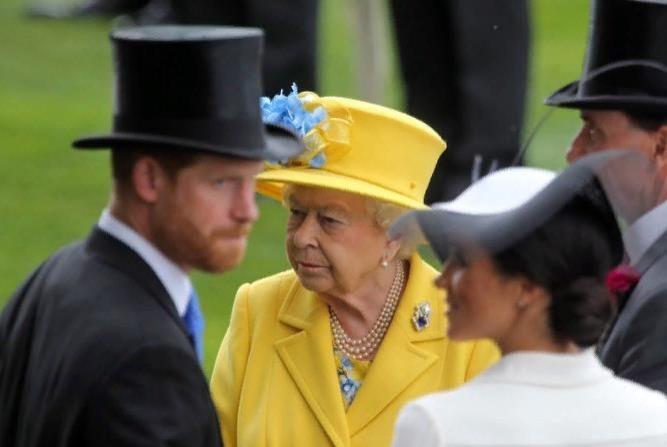 Инсайдер: Елизавета II забрала у Меган Маркл королевские украшения