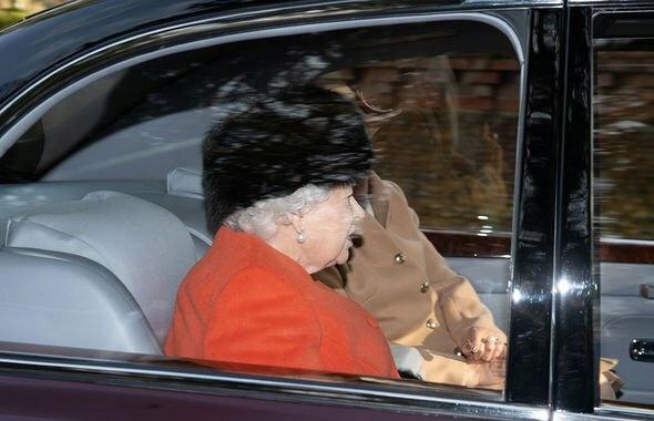 Елизавета II в ярком пальто на воскресной службе в Сандрингеме: королева идет на поправку