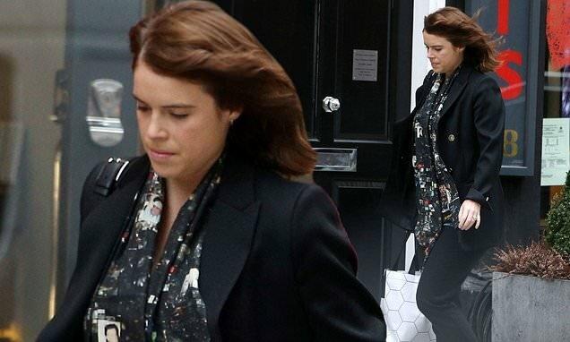 Новый выход принцессы Евгении: визит к парикмахеру в стильной рубашке