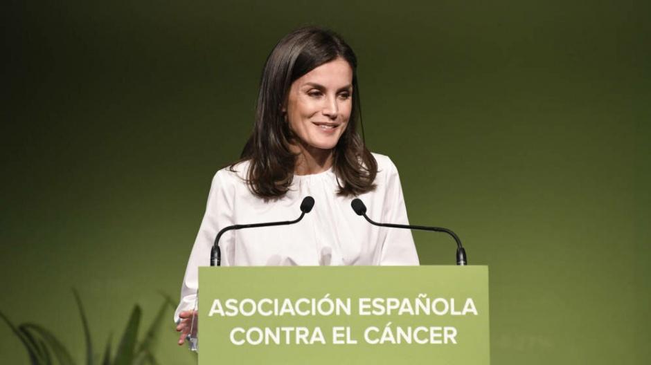 Королева Летиция: классический черно-белый аутфит на Форуме в Мадриде