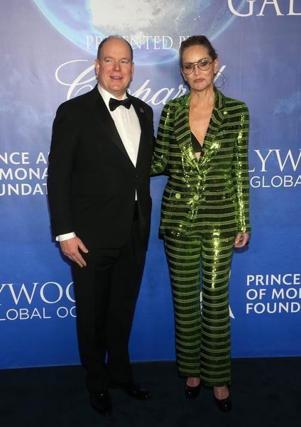 Шэрон Стоун пришла на благотворительный вечер в мерцающем костюме и бра, а Ума Турман в платье — «звездном небе»