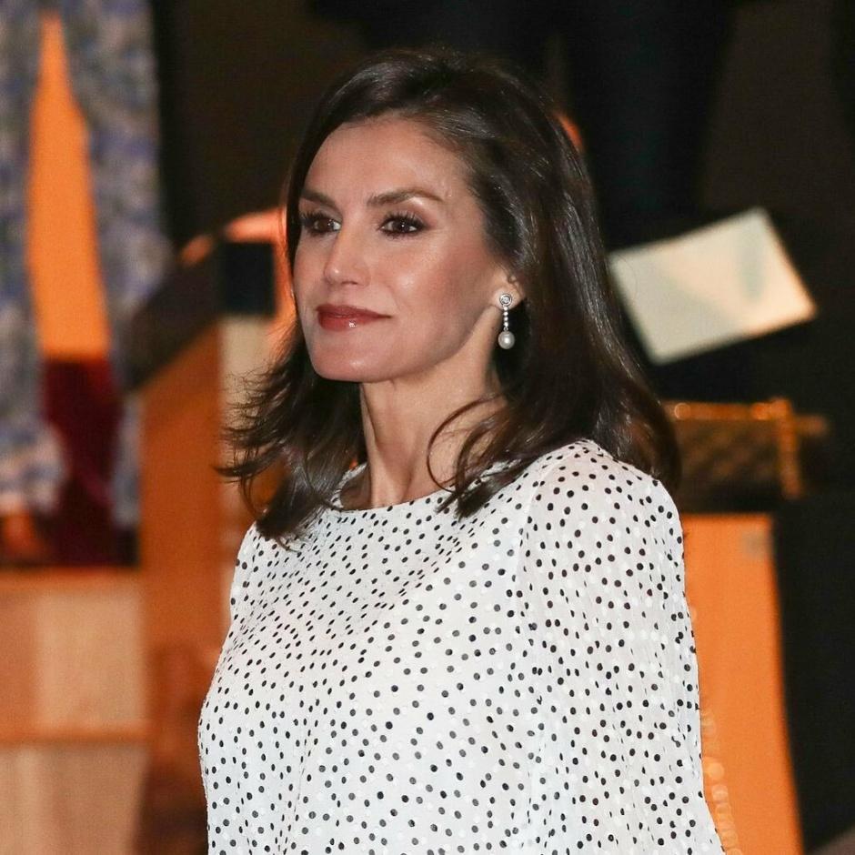 Королева Летиция в эффектном платье с принтом polka-dot: испанский колорит